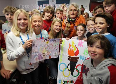 Voormalig hockeyspeelster Helen Lejeune-Van der Ben geeft een Olympische Spreekbeurt op de Bloemcampschool - WASSENAAR 23 JUNI 2012 - FOTO NICO SCHOUTEN
