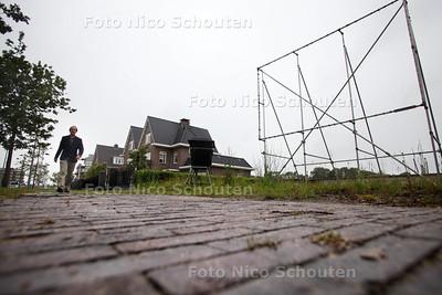 Verkoop kavels Vroondaal stagneert - Op de Vroonhoevelaan staat een skelet van een groot billboard op een leegstaand kavel - DEN HAAG 18 JUNI 2012 - FOTO NICO SCHOUTEN