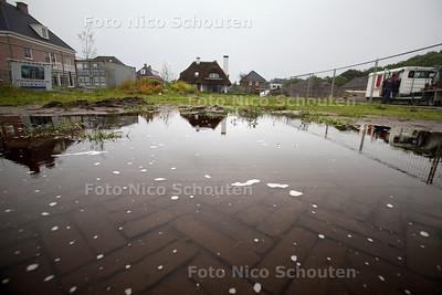 Verkoop kavels Vroondaal stagneert - Grote plassen op de Dirk van Wassenaarlaan - DEN HAAG 18 JUNI 2012 - FOTO NICO SCHOUTEN