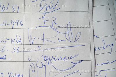 Jeffrey Eickholt bij de windschermen waarachter Mark rutte vaak zit en dankzij zijn handtekening waarschijnlijk toch mogen blijven staan - DEN HAAG 23 MAART 2012 - FOTO NICO SCHOUTEN