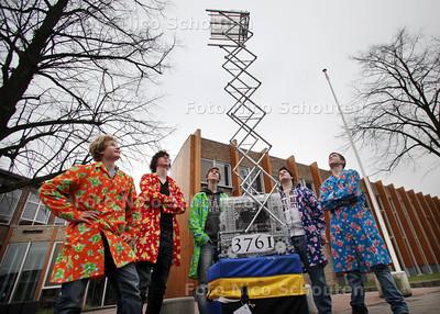 """Vijf leerlingen van het Gymnasium Novum in Voorburg hebben onlangs een wedstrijd gewonnen met een door hen gebouwde robot. DE prijs was: deelname aan een wedstrijd in Amerika. In april gaan zij daar nu naar toe, ondertussen zijn ze op school nog bezig aan het verbeteren van hun robot. vlnr Koen Harms, Lucas Kuipers, Jannyck Wijmants, Gabriele Zacca en Benne de Bakker (samen de """"Lords of the Screws"""") - VOORBURG 14 MAART 2012 - FOTO NICO SCHOUTEN"""