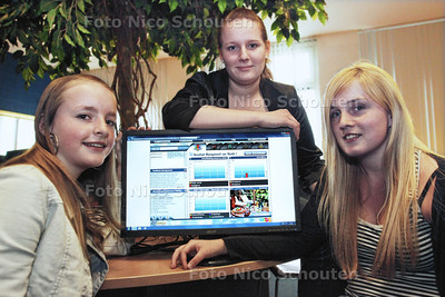 scholieres vlnr Kimberley, Nelleke Schellevis en Wendy die meedoen aan de wedstrijd Bizzkidz met virtuele bedrijfjes - 'S GRAVENZANDE 30 MAART 2012 - FOTO NICO SCHOUTEN