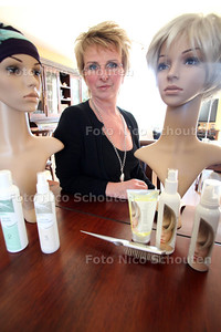 Haarwerker Els Harland, ze meet kankerpatiënten pruiken en hoofddoekjes aan - WATERINGEN 19 MAART 2012 - FOTO NICO SCHOUTEN