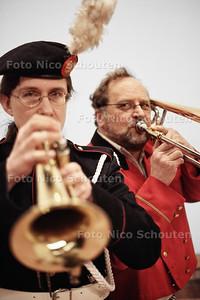 Christine Derksen (l) en Jaap Hoek van muziekvereniging Kunst en Vriendschap - ZOETERMEER 28 MAART 2012 - FOTO NICO SCHOUTEN