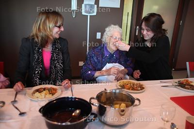 Diner dansant: bejaarden & studenten / Stromenhof - Livable - Staedion - DEN HAAG 19 MAART 2012 - FOTO NICO SCHOUTEN