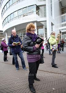 Ter opening van de Boekenweek is er om 17 uur een zogeheten flashmob waarbij minstens 50 Hagenaars naar het plein rond de Centrale Bibliotheek komen om er gedurende vijf minuten al staand een boek te lezen - DEN HAAG 13 MAART 2012