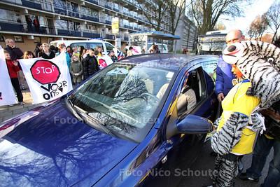 Kinderen van Basisschool De Trampoline maken weggebruikers duidelijk dat ze vooral in gebieden waar scholen zitten, echt moeten stoppen voor zebrapaden - LEIDSCHENDAM 21 MAART 2012 - FOTO NICO SCHOUTEN