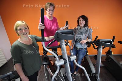 Mitzy van den Bos tuusen haar trainster Patricia van Zundert (l) en haar dietiste Monique Ammerlaan - NAALDWIJK 29 MAART 2012 - FOTO NICO SCHOUTEN
