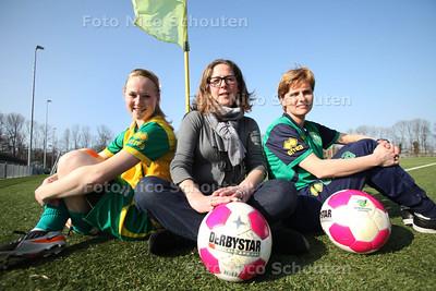 Foto bij ADO Vrouwendag - vlnr Speelster Lucienne Wiegman, Organisatrice Ageeth van den Heuvel en Trainster Sarina Wiegman - VOORBURG 22 MAART 2012 - FOTO NICO SCHOUTEN