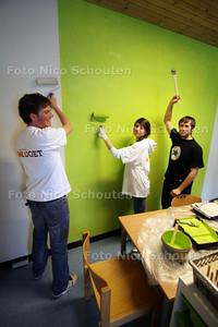 Vrijwilligers van de Lionclub zorgt voor make-over dagbestedingcentrum Aspergeakker - Leo's (jongeren Lions) geven de groepsruimte een kleurtje - ZOETERMEER 16 MAART 2012 - FOTO NICO SCHOUTEN