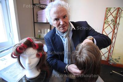 kapper Heijm Rijken, die haarwerken maakt voor patiënten die door chemo hun haar kwijt raken - DEN HAAG 19 MAART 2012 - FOTO NICO SCHOUTEN