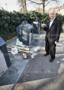 Wijkvertegenwoordiger van Voorburg-Noord Ap de Heus bij afvalbakken - VOORBURG 28 MAART 2012 - FOTO NICO SCHOUTEN
