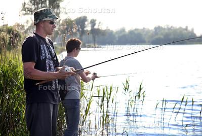 Toch weer mooi weer. Langs Het Noord Aa zijn Peter en Vincent uit Den Haag aan het snoeken - ZOETERMEER 30 MEI 2012 - FOTO NICO SCHOUTEN