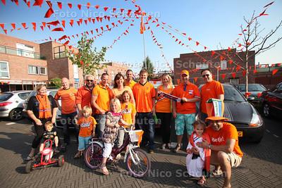 bewoners van de oranje gekleurde Van Coehoornschans - ZOETERMEER 30 MEI 2012 - FOTO NICO SCHOUTEN