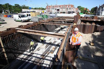 Manager Thomas van Meerten bij de werkzaamheden van de fietstunnel onder de A44 waar de komende maanden de laatste hand aan wordt verrricht - WASSENAAR 25 MEI 2012 - FOTO NICO SCHOUTEN