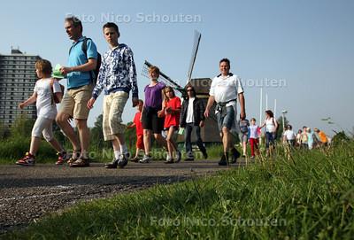 Wandelende kinderen (basisscholieren van zes Leidschendamse scholen en ouders) op het Essenpad tijdens de jaarlijkse avondvierdaagse - VOORBURG 22 MEI 2012 - FOTO NICO SCHOUTEN