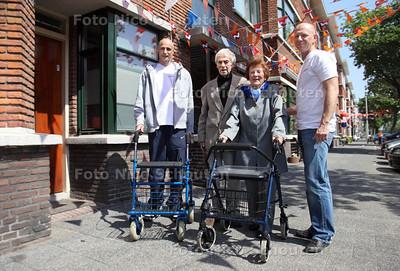 De hoogbejaarde Toos Hebers krijgt van stichting DOPX een nieuwe rollator, nadat Hebers' demente echtgenoot de hare kwijt had gemaakt - DEN HAAG 22 MEI 2012 - FOTO NICO SCHOUTEN