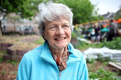 permatuin in de Schilderswijk, initiatiefnemer Bessie Schadee - DEN HAAG 29 MEI 2012 - FOTO NICO SCHOUTEN