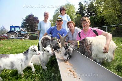 Zorgboerdererij Oliehoek - foto voor Lenteprijs - Gerard en Sandra Oliehoek (midden) met gasten op de de Zorgboerderij - WASSENAAR 23 MEI 2012 - FOTO NICO SCHOUTEN