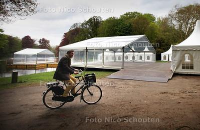 Vandaag is de opbouw van allerlei witte tentje aan de gang aan de achterzijde van raadshuis De Paauw - WASSENAAR 8 MEI 2012 - FOTO NICO SCHOUTEN