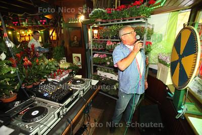 """Veiling voor Alpe d'HuZes in cafe de Beurs met ook het """"rad van fortuin"""" - 'S GRAVENZANDE 25 MEI 2012 - FOTO NICO SCHOUTEN"""
