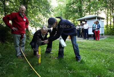 Een jongere en hovenier Timmers (l) (uit Boskoop) slaan een symbolische eerste paal van de JOP (Jeugdontmoetingsplaats) aan het Morapad in de wijk Rokkeveen - ZOETERMEER 22 MEI 2012 - FOTO NICO SCHOUTEN
