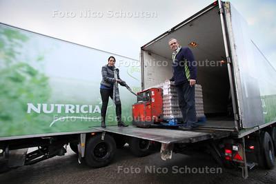 Nutricia doneert negentig pallets met babyvoeding aan de Haagse voedselbank. Helen Richardson HR director van Nutricia en Ton van Schie voorzitter Voedselbank Haaglanden - DEN HAAG 28 NOVEMBER 2012 - FOTO NICO SCHOUTEN