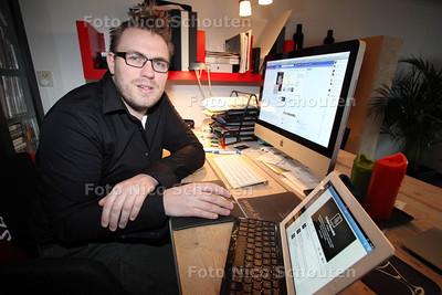 Kiristian Harmelink werkt zowel als wijkagent als social media expert - VOORBURG 16 NOVEMEBR 2012 - FOTO NICO SCHOUTEN