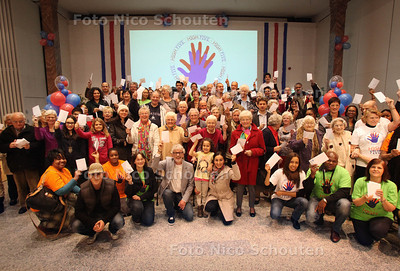 Mensen uit Mariahoeve krijgen een envelop met vijf euro erin voor het project High 5 Mariahoevein de voormalige Christus Koningkerk - DEN HAAG 15 NOVEMBER 2012 - FOTO NICO SCHOUTEN