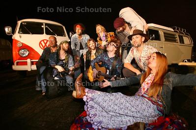 De musical Woodstock gaat in premiere in het Stadstheater in Zoetermeer. Bijzondere is dat er als aankleding allemaal Volkswagenbusjes rondom het theater staan - ZOETEERMEER 10 NOVEMBER 2012 - FOTO NICO SCHOUTEN