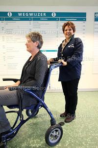 Vrijwilligers in het Rijnland ziekenhuis wijzen bezoekers en patienten de weg - LEIDERDORP 22 NOVEMBER 2012 - FOTO NICO SCHOUTEN
