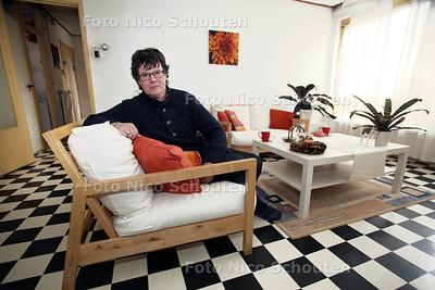 Dirk woont dankzij begeleid wonen en Staedion op zichzelf. Na een lang traject mag hij zich nu officieel eigenaar van zijn huis noemen - DEN HAAG 21 NOVEMBER 2012 - FOTO NICO SCHOUTEN