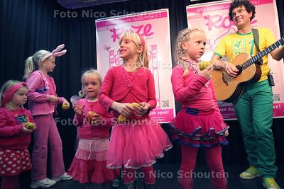 Little Miss Roze verkiezing bij Paagman, naar aanleiding van het verschijnen van het kinderboek 'Roze'van schrijfster Fiona Rempt. Rechts kinderheld Dirk Scheele - DEN HAAG 14 NOVEMEBR 2012 - FOTO NICO SCHOUTEN