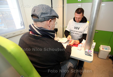 de GGD-Gezondheidsbus op het Spuiplein, waar Hagenaars zich vandaag de hele dag gratis kunnen laten testen op hiv en soa's - DEN HAAG 28 NOVEMBER 2012 - FOTO NICO SCHOUTEN
