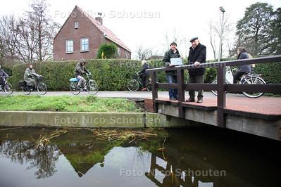 Aad van der Linden (l) en zijn oom Rokus Klos bij de Leidsewallen waar zij jarenlang hebben gewoond - ZOETERMEER 21 NOVEMBER 2012 - FOTO NICO SCHOUTEN