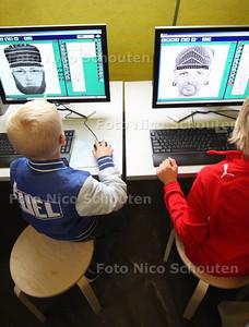 Open dag politie en brandweer. Jonge bezoekers maken compositiefoto's van verdachten - ZOETERMEER 20 OKTOBER 2012 - FOTO NICO SCHOUTEN