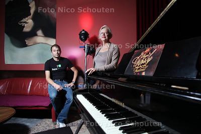 Thea van Loon en haar zoon Casper in de Regentenkamer die maar geen vergunning krijgt van gemeente - DEN HAAG 26 OKTOBER 2012 - FOTO NICO SCHOUTEN