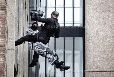 Open dag politie en brandweer. Tijdens de opendag probeerde een bandiet een duur schilderij te stelen. Hij werd ingerekend door abseilers  - Politiebureau Karnebeek Burgemeester Patijnlaan - DEN HAAG 20 OKTOBER 2012 - FOTO NICO SCHOUTEN