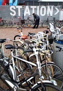 Fietsenchaos op Koningin Julianaplein bij Den Haag Centraal - DEN HAAG 23 OKTOBER 2012 - FOTO NICO SCHOUTEN