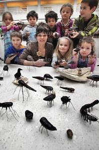 In het Atrrium van het Stadhuis werkt kunstenares Laura sassen met kinderen aan het kunstwerk Spinsels. Dit gebeurt in het kader van cultuurfestival De Betovering - DEN HAAG 21 OKTOBER 2012 - FOTO NICO SCHOUTEN