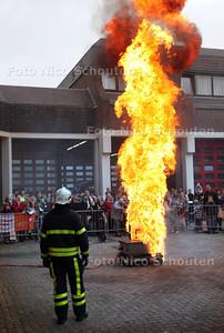 Open dag politie en brandweer. Vlam in de pan. Deze steekvlam ontstaat door water op brandend frituurvet te gooien - ZOETERMEER 20 OKTOBER 2012 - FOTO NICO SCHOUTEN