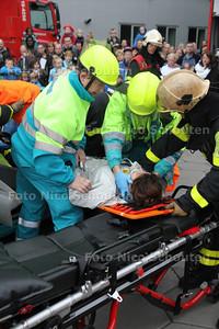 Open dag politie en brandweer. Een slachtoffer wordt gestabiliseerd bevrijd uit een autowrak- DELFT 20 OKTOBER 2012 - FOTO NICO SCHOUTEN