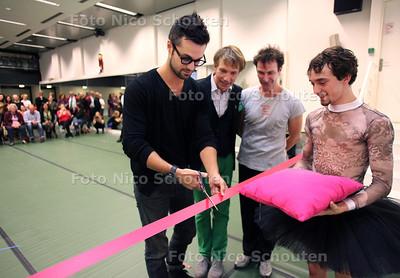 Acteur-danser Jan Kooijman opent de nieuwe studiolocatie van De Dutch Don'T Dance Division in het voormalige Europol-gebouw - vlnr Jan Kooijman, Rinus Sprong en Thom Stuart (oprichters) en danser Youri Jongenelen - DEN HAAG 17 OKTOBER 2012 - FOTO NICO SCHOUTEN