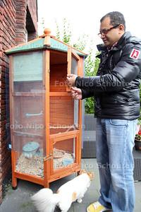 Vogels gestolen uit de tuin aan de Gentiaan in Ypenburg - DEN HAAG 26 OKTOBER 2012 - FOTO NICO SCHOUTEN