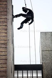 Open dag politie en brandweer.  Abseiler  - Politiebureau Karnebeek Burgemeester Patijnlaan - DEN HAAG 20 OKTOBER 2012 - FOTO NICO SCHOUTEN