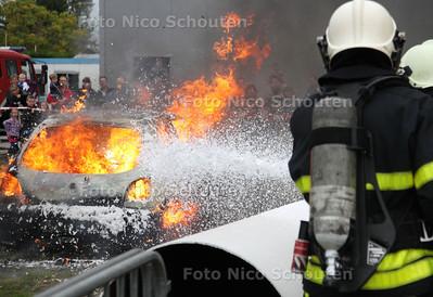 Open dag politie en brandweer. Autobrand wordt geblust met schuim - NAALDWIJK 20 OKTOBER 2012 - FOTO NICO SCHOUTEN
