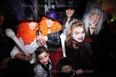 Elvia de Haseth (rechts voor) heeft haar hele huis omgetoverd tot spookhuis ivm Halloween - ZOETERMEER 31 OKTOBER 2012 - FOTO NICO SCHOUTEN