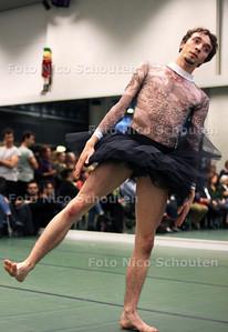 nieuwe studiolocatie van De Dutch Don'T Dance Division in het voormalige Europol-gebouw -  danser Youri Jongenelen - DEN HAAG 17 OKTOBER 2012 - FOTO NICO SCHOUTEN
