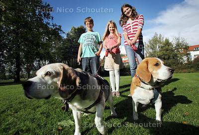 (vlnr) Tycho, Sterre en Bente van Oort organiseren een 'hondenwandeling' om geld op te halen voor de behandeling van hun zieke straatgenootje Reinout - VOORBURG 25 SEPTEMBER 2012 - FOTO NICO SCHOUTEN