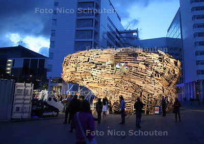 Todays Art - Vortex-paviljoen: Nik Nowak - Panzer ( was niet om 21:00 maar om 21:00) -  DEN HAAG 22 SEPTEMBER 2012 - FOTO NICO SCHOUTEN
